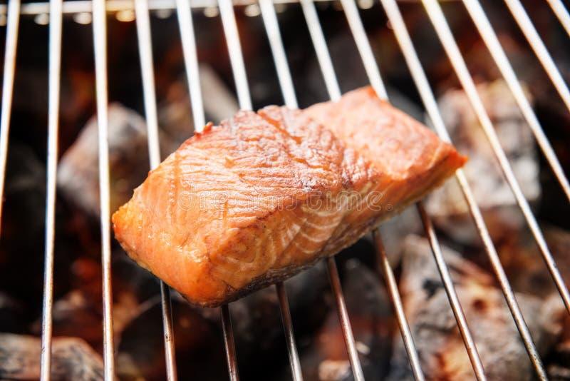 Bifteck saumoné grillé sur flamber images stock