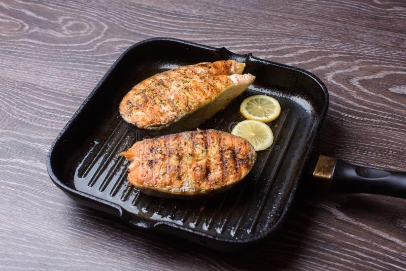 Bifteck saumoné grillé sur la casserole de gril photo stock