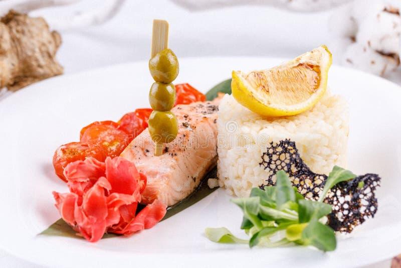 Bifteck saumoné original et appétissant avec une garniture de riz image libre de droits