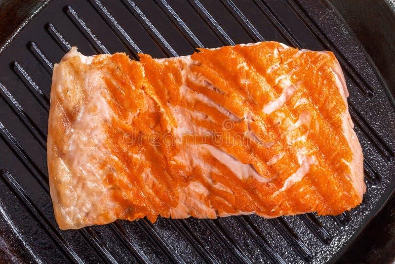 Bifteck saumoné sur une casserole de gril de fer photo stock