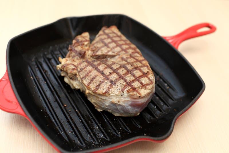 Bifteck sur la casserole de gril de fonte image libre de droits