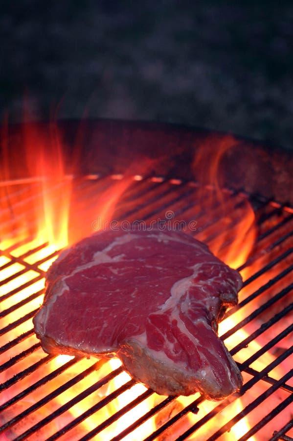Bifteck sur le gril photographie stock libre de droits