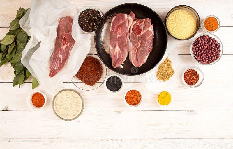 Biftecks crus coupés d'agneau sur le parchemin prêt à préparer le dîner photo libre de droits