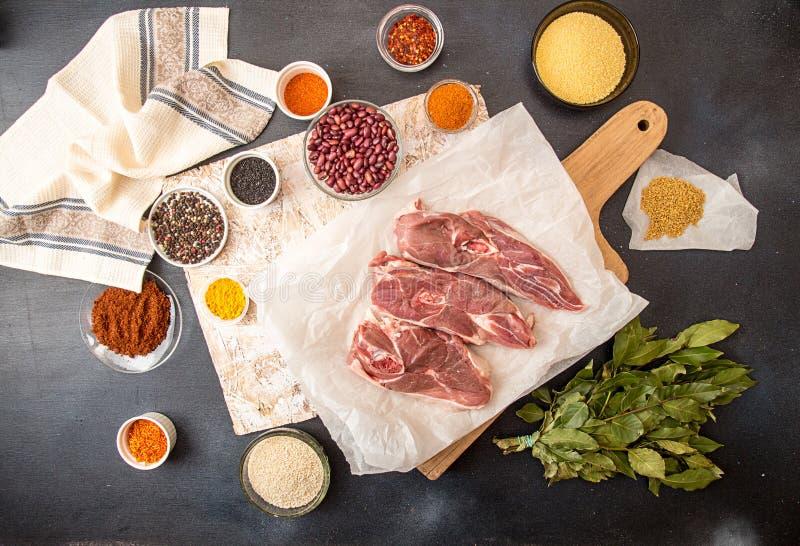 Biftecks crus coupés d'agneau sur le parchemin prêt à préparer le dîner photo stock