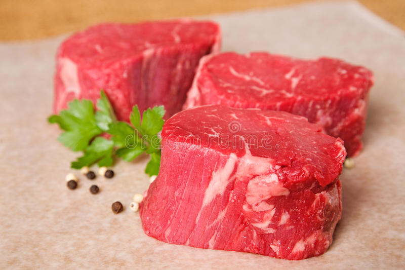 Biftecks crus de filet de boeuf image libre de droits