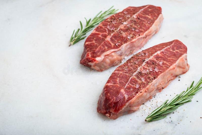 Biftecks crus de lame de dessus de viande fraîche sur le fond clair Avec l'espace de copie photo libre de droits