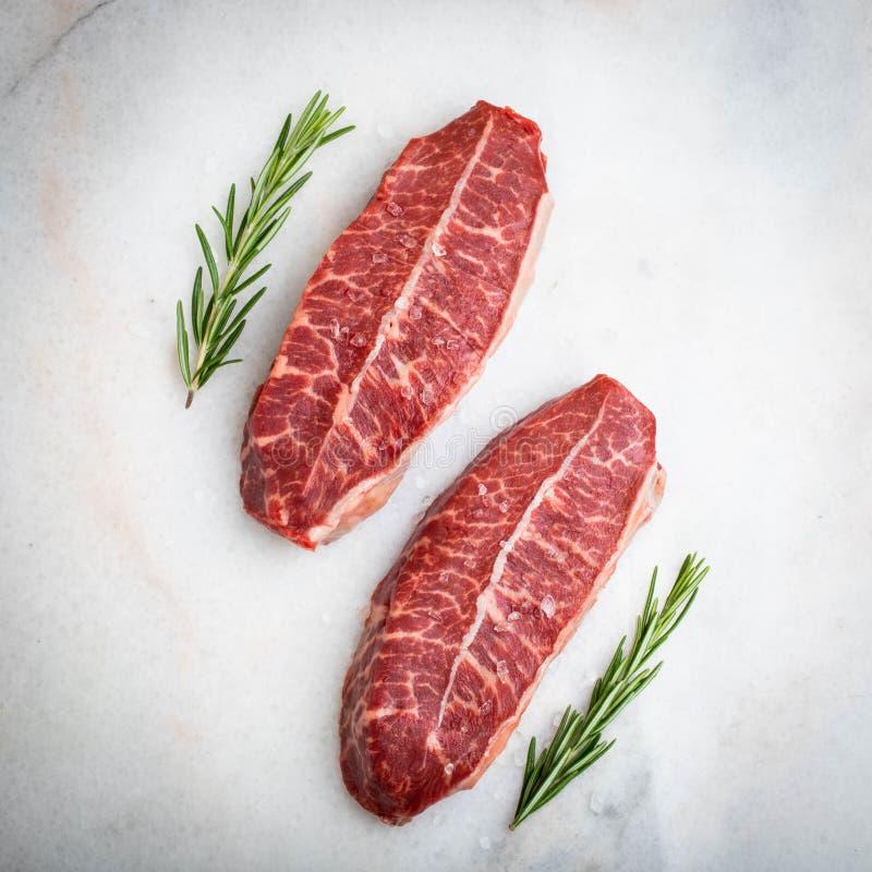 Biftecks crus de lame de dessus de viande fraîche sur le fond clair Vue supérieure photographie stock libre de droits