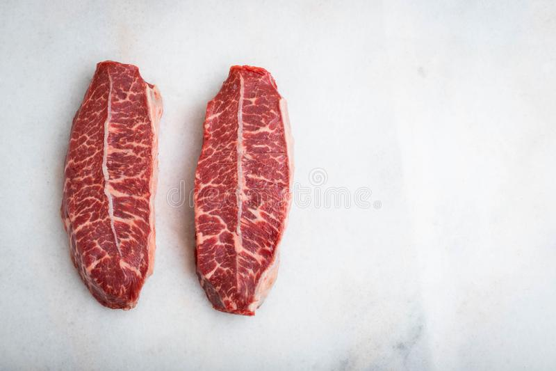 Biftecks crus de lame de dessus de viande fraîche sur le fond clair Vue supérieure avec l'espace de copie photos libres de droits