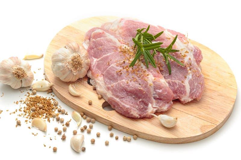 Biftecks crus de viande de porc avec des épices images stock