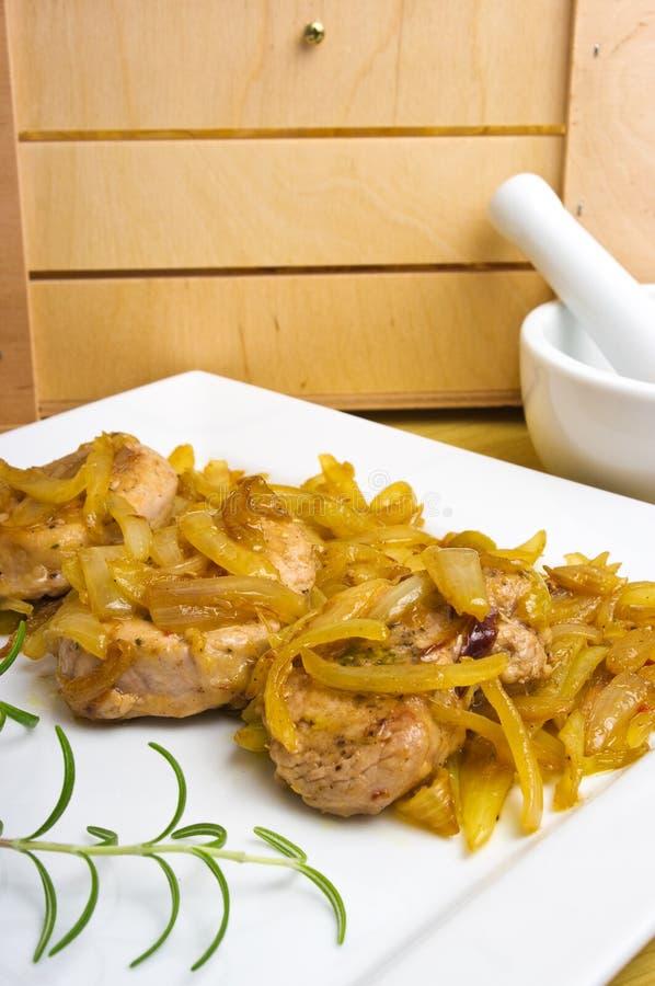 Biftecks d'aloyau de porc sous l'oignon photo stock
