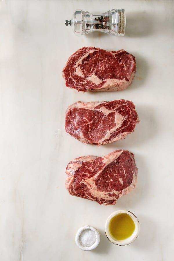 Biftecks de boeuf crus photographie stock libre de droits