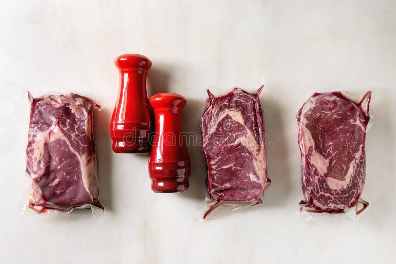 Biftecks de boeuf crus images libres de droits