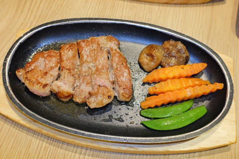 Biftecks de boeuf grill?s avec des ?pices sur la planche ? d?couper en bois photo libre de droits