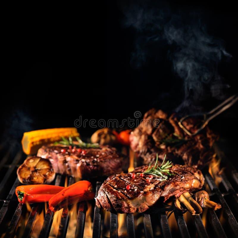 Biftecks de boeuf sur le gril images libres de droits