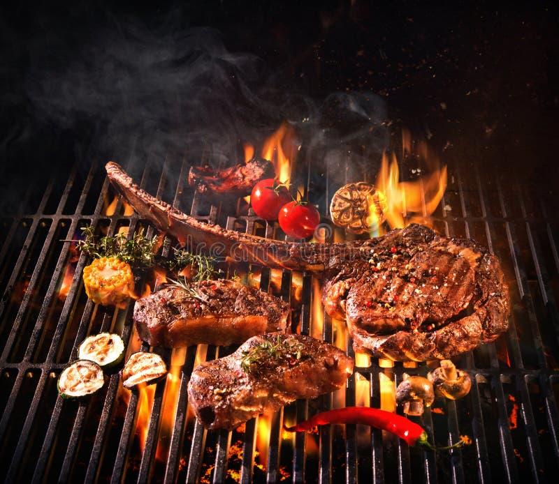 Biftecks de boeuf sur le gril photo stock