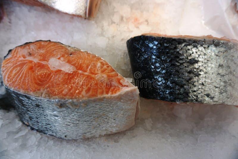 Biftecks de poisson frais sur la glace photographie stock