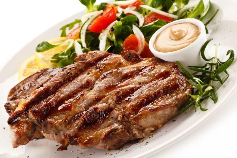 Biftecks et légumes grillés photo libre de droits