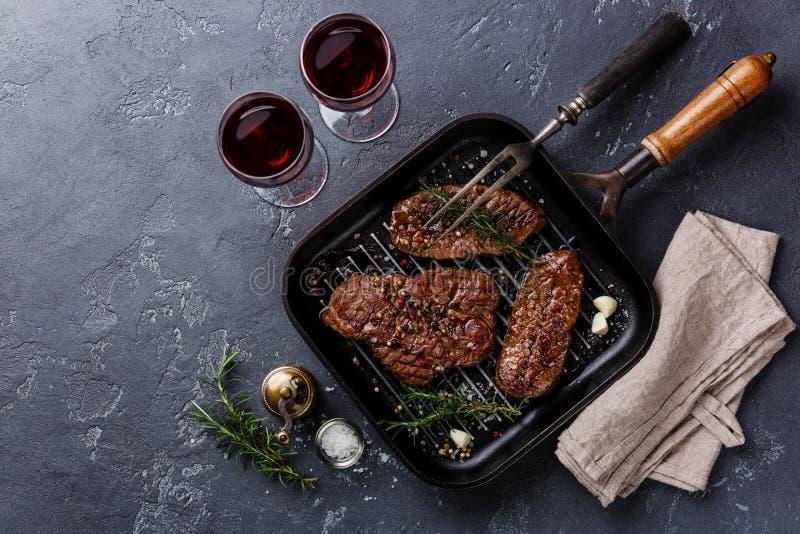 Biftecks grillés de lame de dessus de viande sur la poêle image stock