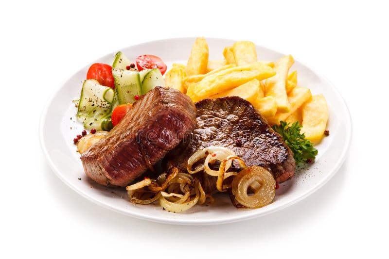 Biftecks, pommes frites et légumes grillés photographie stock