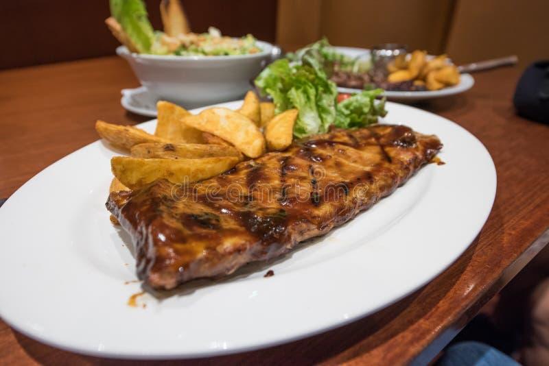 Biftecks, pommes frites et légumes grillés image libre de droits