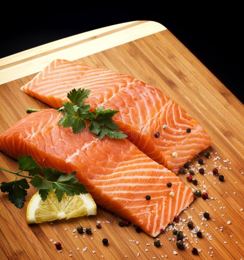 Biftecks saumonés crus photographie stock libre de droits