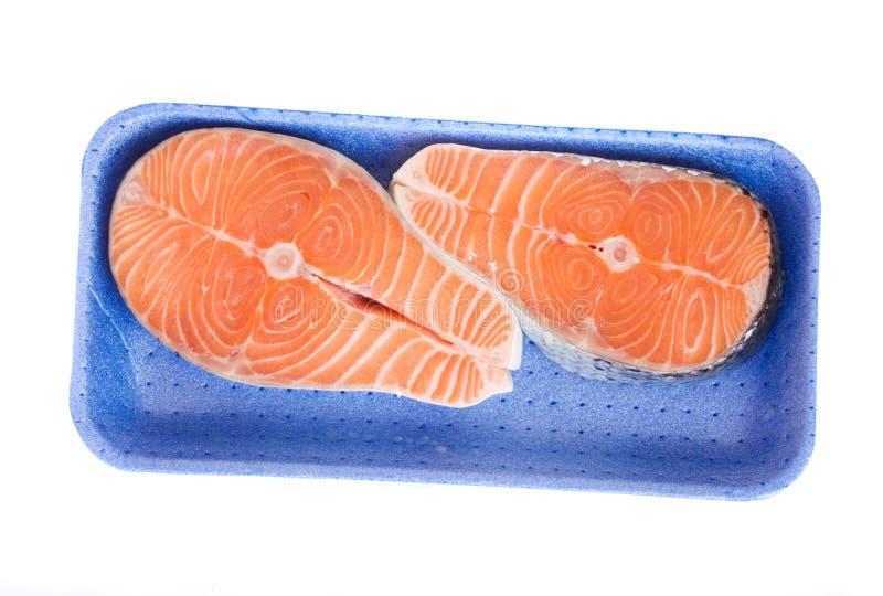 Biftecks saumonés dans le plateau images libres de droits