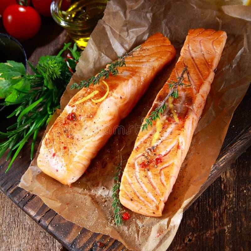Biftecks saumonés grillés assaisonnés avec des herbes photos stock