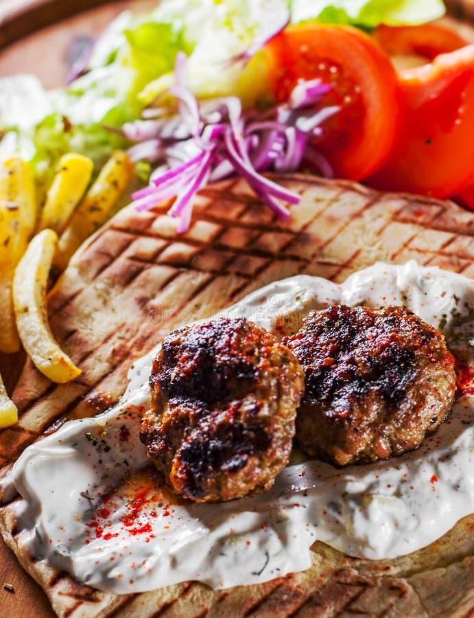 Bifteki picante, albóndigas del frikadelle o del frikkadel con carne de vaca y cordero picaditos con el pan Pita, inmersión del t imagen de archivo libre de regalías