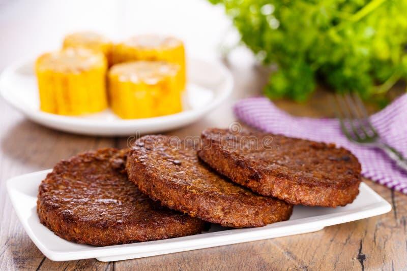 Bifteks avec du maïs photographie stock