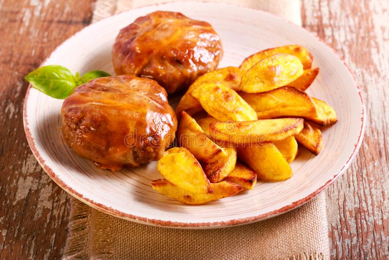 Bifteks enveloppés en pomme de terre de lard et de rôti photographie stock libre de droits
