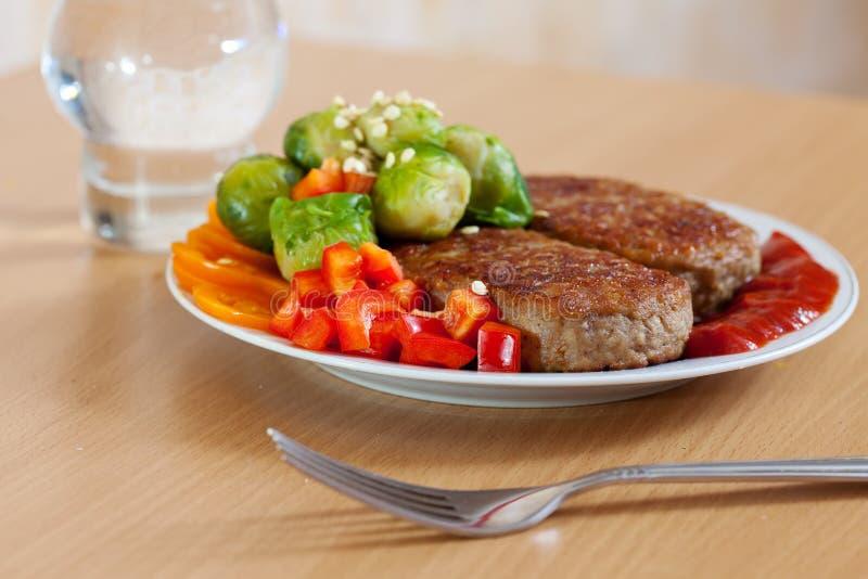Bifteks et légumes frits photo libre de droits