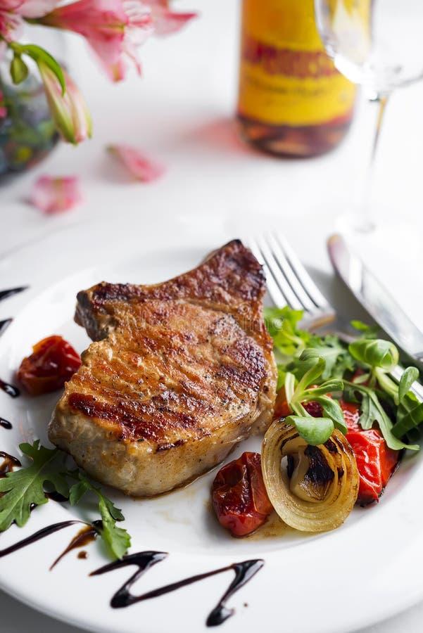 Bifteks et légumes grillés photographie stock libre de droits