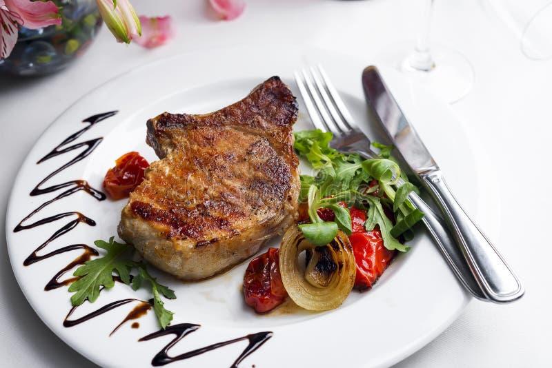 Bifteks et légumes grillés image libre de droits