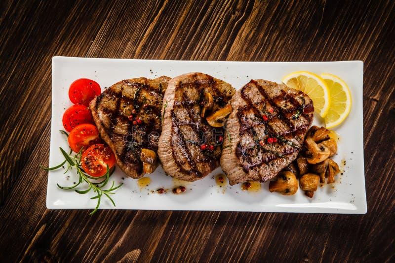 Bifteks et légumes grillés images stock