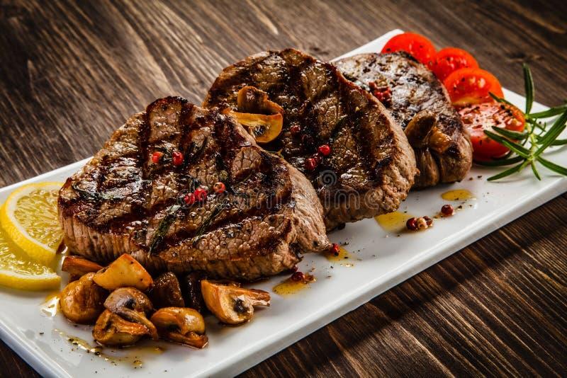 Bifteks et légumes grillés photo stock