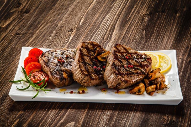 Bifteks et légumes grillés photos stock