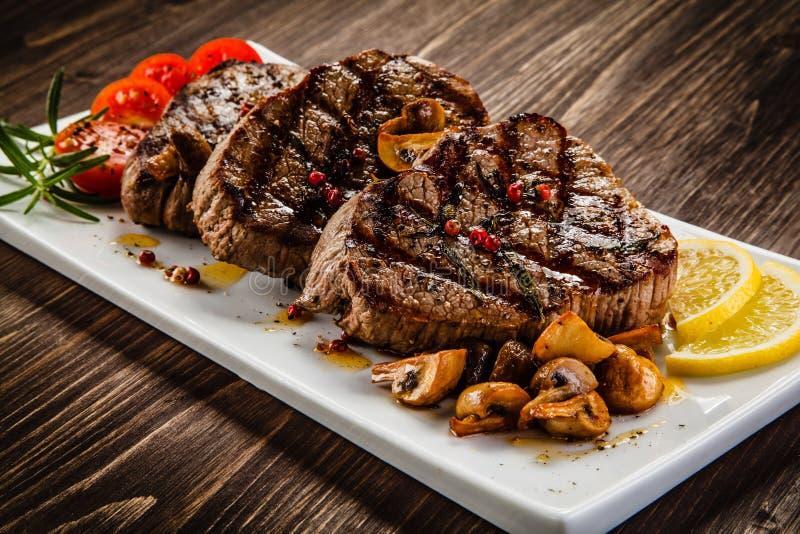 Bifteks et légumes grillés images libres de droits