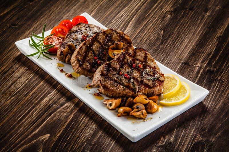 Bifteks et légumes grillés photos libres de droits