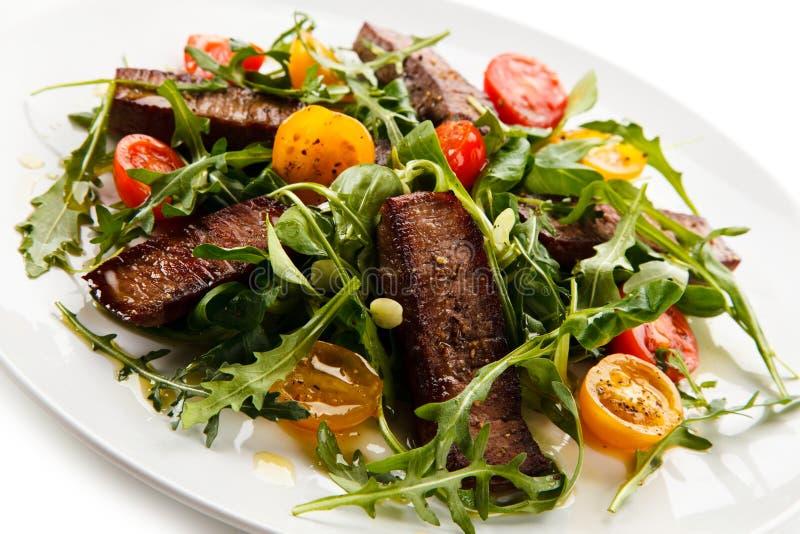 Bifteks grillés avec des légumes photos stock