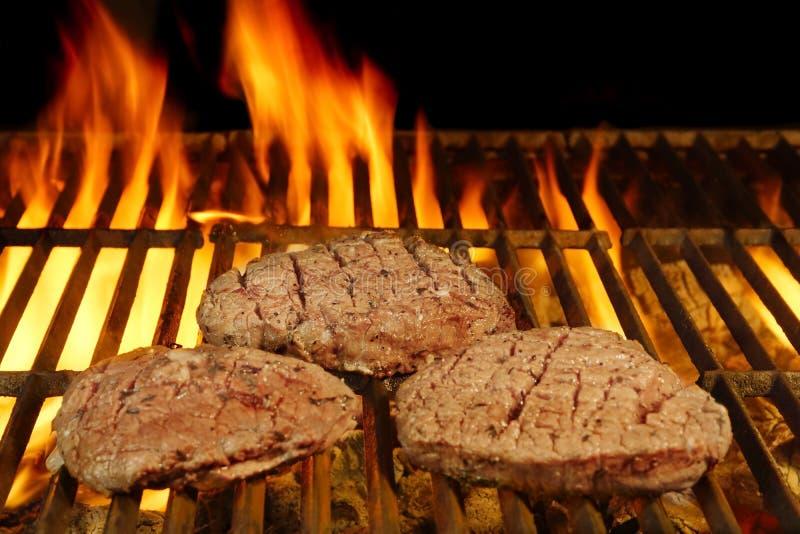 Bifteks sur le gril flamboyant photographie stock libre de droits