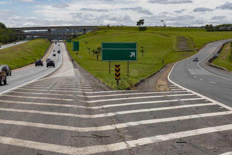 Bifurcação entre duas estradas Dois-maneiras bifurcadas Escolha entre um conceito de duas maneiras diferentes fotos de stock royalty free