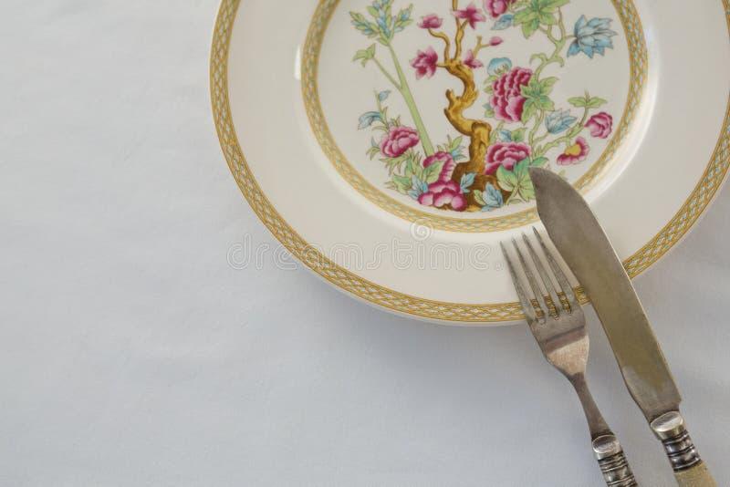 Bifurcación, cuchillo de mantequilla, cuchara en una placa foto de archivo