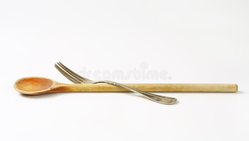 Bifurcación de madera de la cuchara y del metal imágenes de archivo libres de regalías