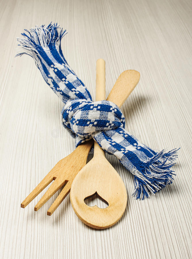 Bifurcación de madera y cuchara atadas con concepto azul de la boda de la toalla foto de archivo