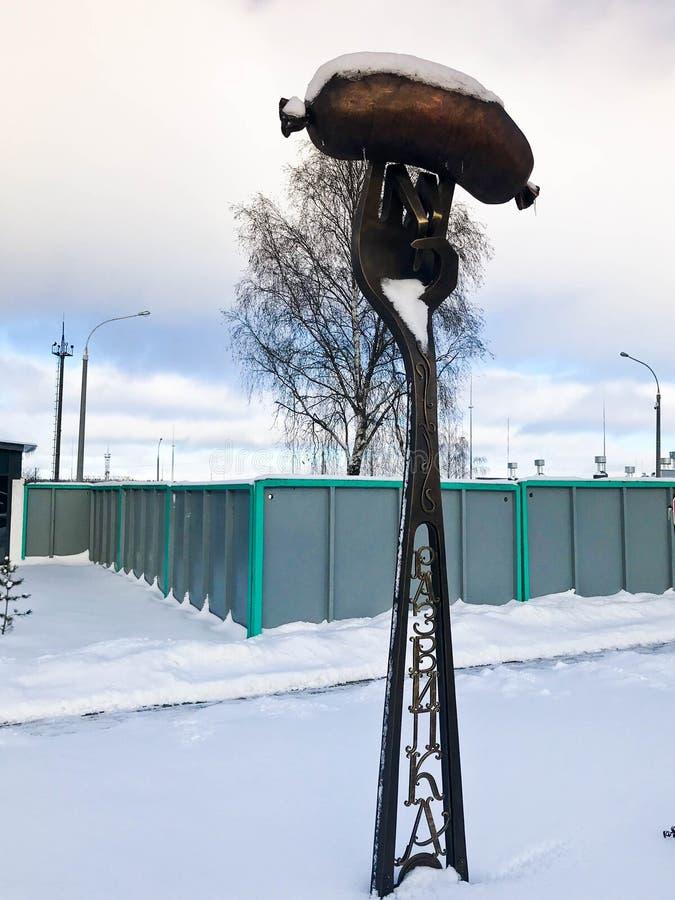Bifurcación grande del metal del hierro con la salchicha, salchicha de Frankfurt contra el cielo azul en invierno debajo de la ni foto de archivo libre de regalías