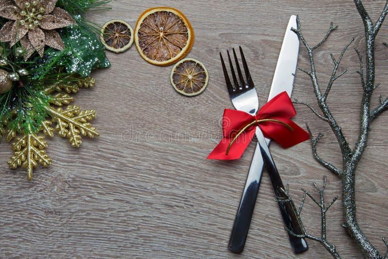 Bifurcación y cuchillo con el arco rojo como decoración del Año Nuevo fotografía de archivo