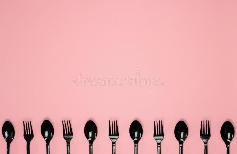Bifurcaciones y cucharas en un fondo rosado Concepto m?nimo sin el pl?stico fotos de archivo libres de regalías