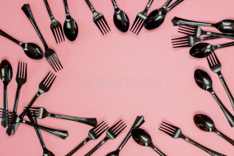 Bifurcaciones y cucharas en un fondo rosado Concepto m?nimo sin el pl?stico fotografía de archivo libre de regalías
