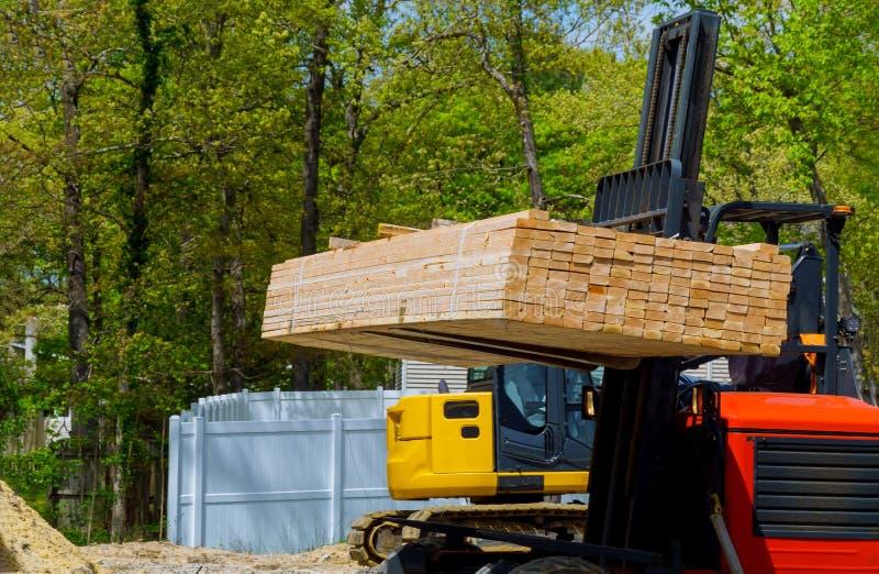 Bifurquent le poussoir portent le cadre de poutre de matériau de construction au chantier photo stock