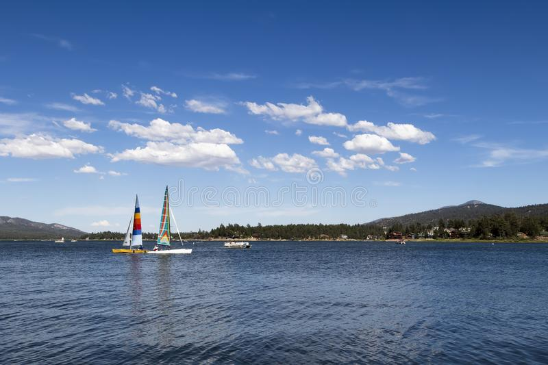 Big Bear Lake Southern California Sailboat Blue Sky foto de archivo libre de regalías